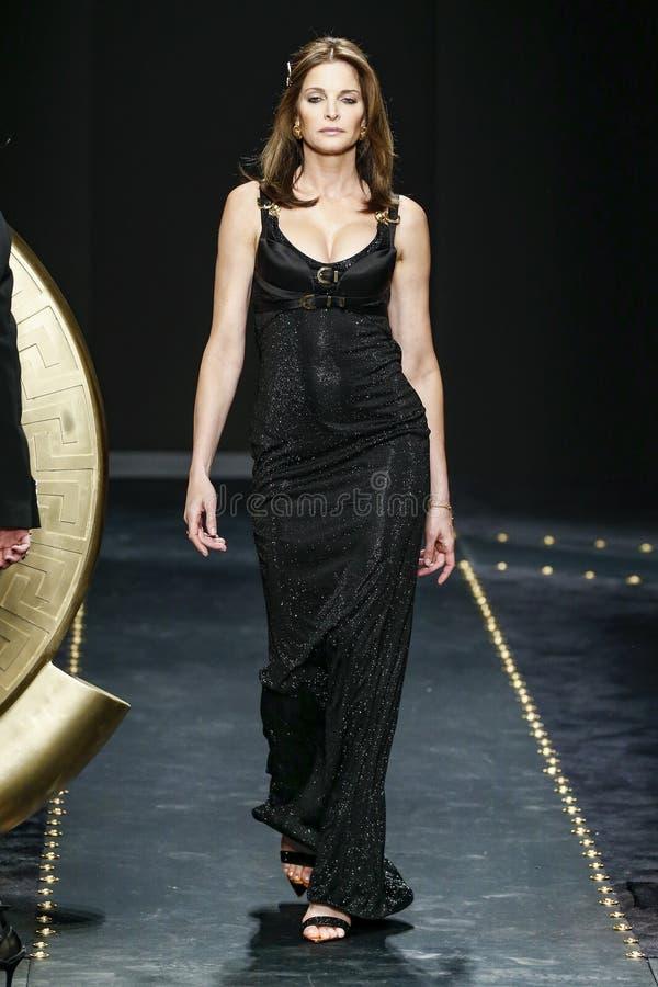 Stephanie Seymour spacery pas startowy przy Versace przedstawieniem przy Mediolańską moda tygodnia jesienią, zimą/2019/20 obrazy stock