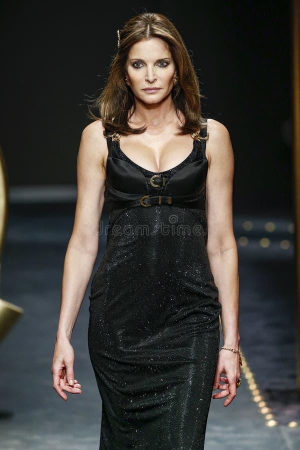 Stephanie Seymour spacery pas startowy przy Versace przedstawieniem przy Mediolańską moda tygodnia jesienią, zimą/2019/20 fotografia royalty free