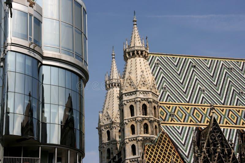 Stephansdom e Haas Haus imagem de stock
