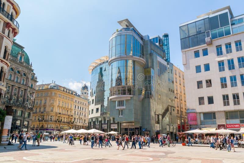 Stephansplatz con la casa de Haas en Viena, Austria imagenes de archivo