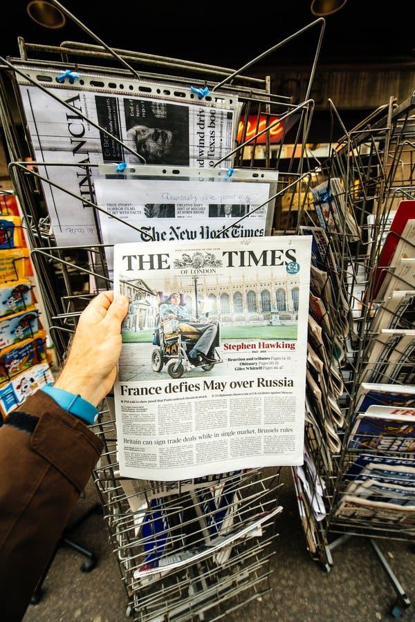 Stephen Hawking sulla copertura dei tempi fotografie stock libere da diritti