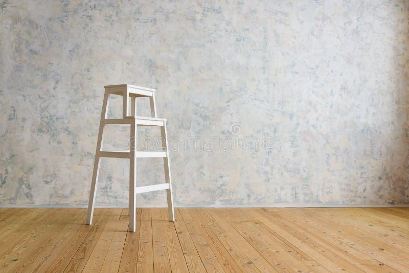 Stepladder drewniani stojaki w pokoju z białą ścianą zdjęcia stock