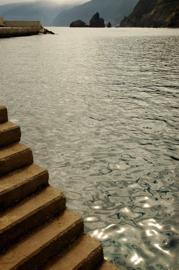 Stepps cerca del océano imagen de archivo