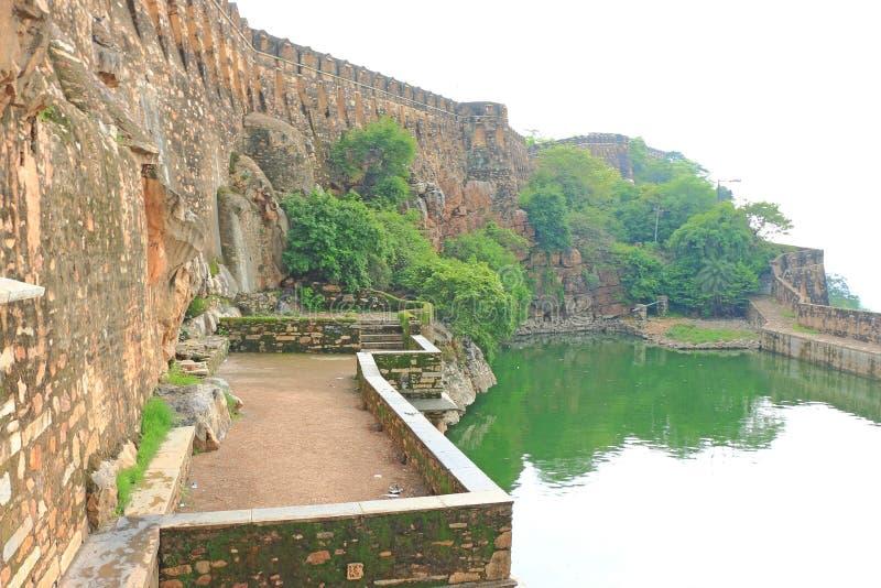 Stepwell no forte de Chittorgarh e em terras maciços rajasthan india imagens de stock royalty free