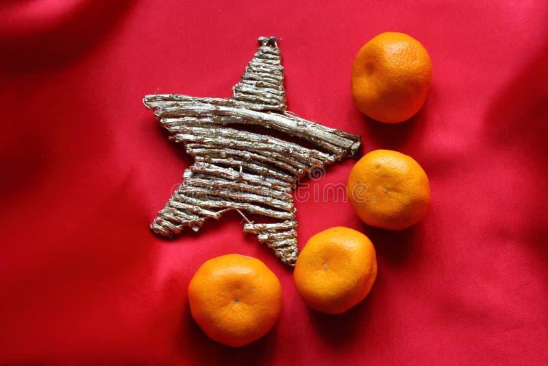 Ster en mandarins op de scharlaken doek zoals een symbool van vlag van China stock afbeelding