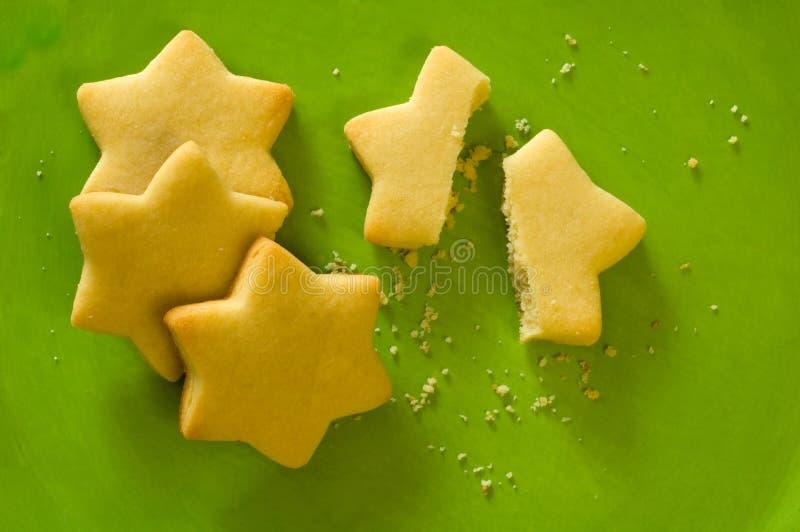Ster gevormde koekjes op groene plaat stock fotografie