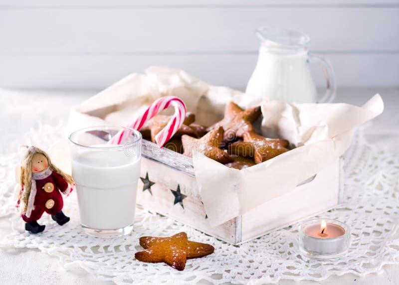 Ster gevormde peperkoek Koekjes voor Kerstman Rustiek stijlontbijt stock afbeelding