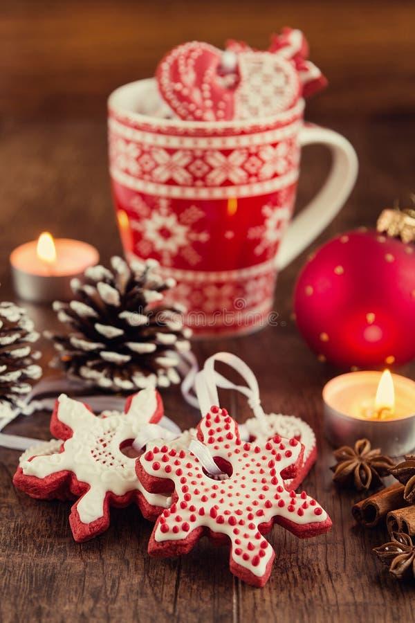 Ster gevormde peperkoekkoekjes met Kerstmisdecoratie stock foto's