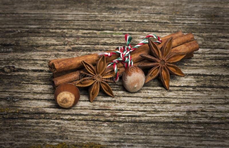 Steranijs met kaneel en moeren op kerst op oude houten achtergrond stock afbeelding