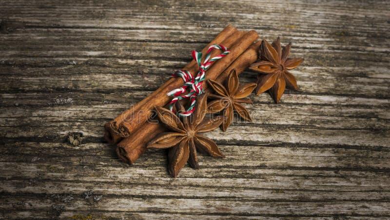Steranijs met kaneel op kerst op oude houten achtergrond royalty-vrije stock foto's