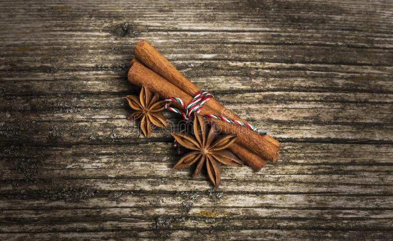 Steranijs met kaneel op kerst op oude houten achtergrond stock foto's