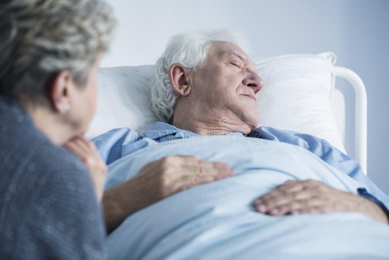 Sterbender Mann im Krankenhaus lizenzfreies stockfoto