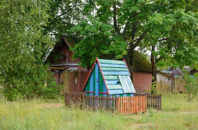 Sterbendes Dorf mit einem Brunnen nahe dem Haus stockfotografie