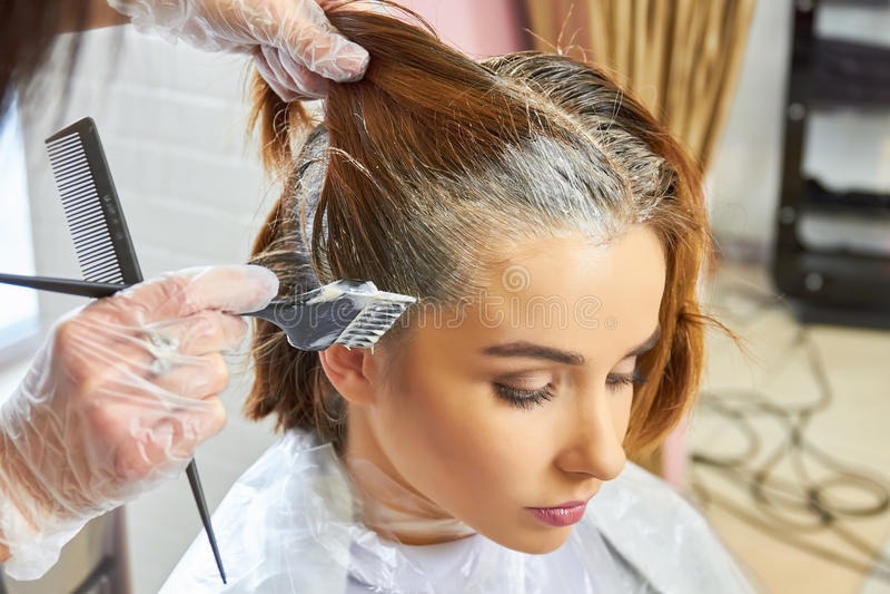 Sterbendes Haar des Kosmetikers der Frau lizenzfreie stockfotografie
