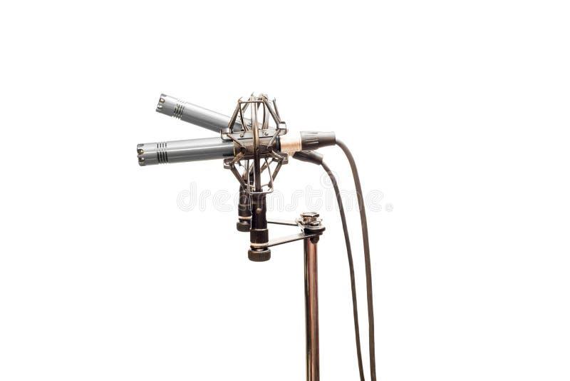 Stereo- kondensatormikrofoner med kablar, shockmounts och ställningen som isoleras på vit royaltyfri bild