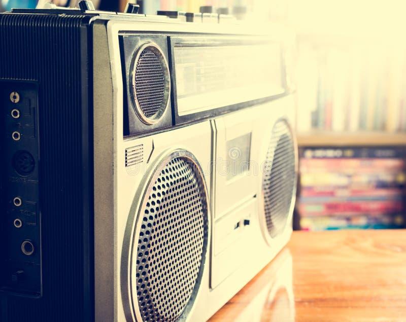 Stereo- registreringsapparat för Retro radiokassett på träskrivbordet royaltyfri bild