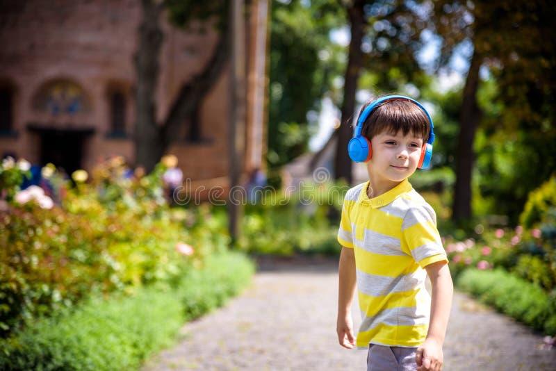 Stereo-Sound Herbstoutfit für Kinder mit Musikgenuss Kleine Kinder hören Musik genießen Lieblings-Song hervorragend Gute Visionen lizenzfreie stockbilder