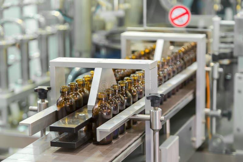 Steriele flessen op de productielijntransportband van pharmaceu stock foto
