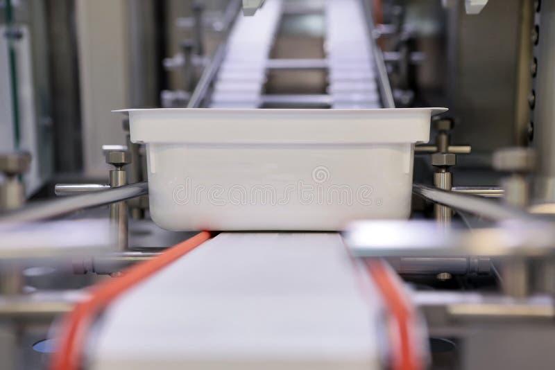 Sterila kapslar för injektion Flaskor på den buteljera linjen av den farmaceutiska växten Maskin, når att ha kontrollerat sterila arkivbilder