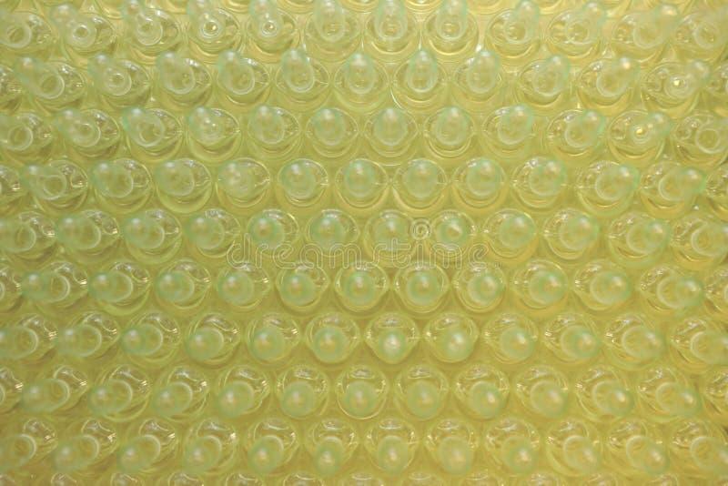 Sterila kapslar för injektion Flaskor på den buteljera linjen av den farmaceutiska växten Maskin, når att ha kontrollerat sterila royaltyfria foton