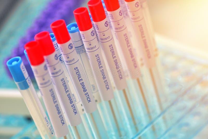 Sterile Testtauschenrohre für das Nehmen der Probe der Kehlkrankheiten stockbild