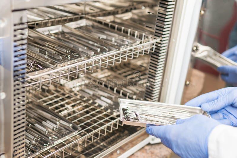Sterilisation von zahnmedizinischen Instrumenten stockbild