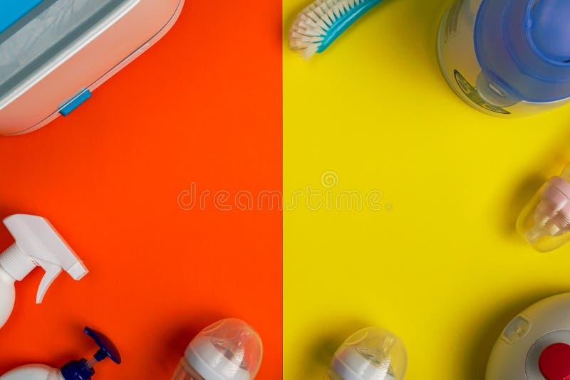 Steriliserende borstel, flessensterilisator en zuigflessen stock afbeeldingen