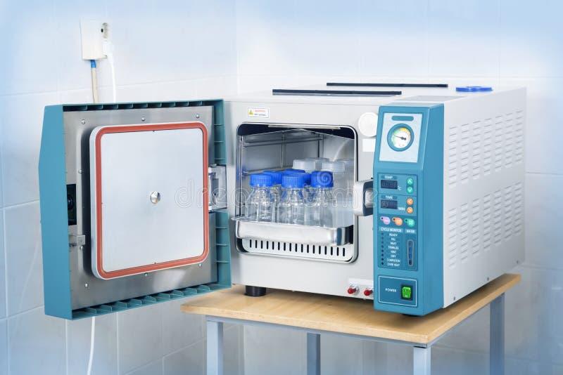 Sterilizzatore moderno dell'autoclave del laboratorio fotografia stock libera da diritti