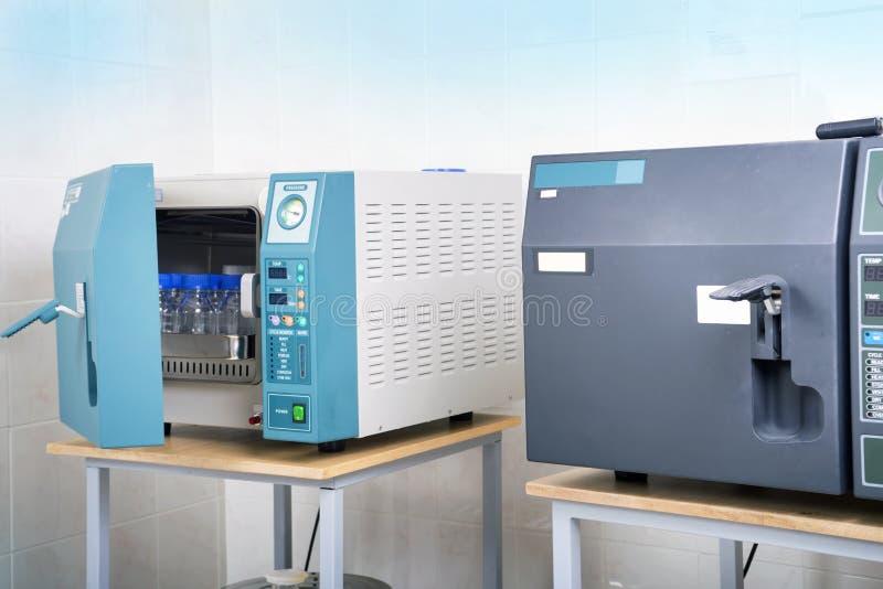 Sterilizzatore moderno dell'autoclave del laboratorio immagini stock libere da diritti
