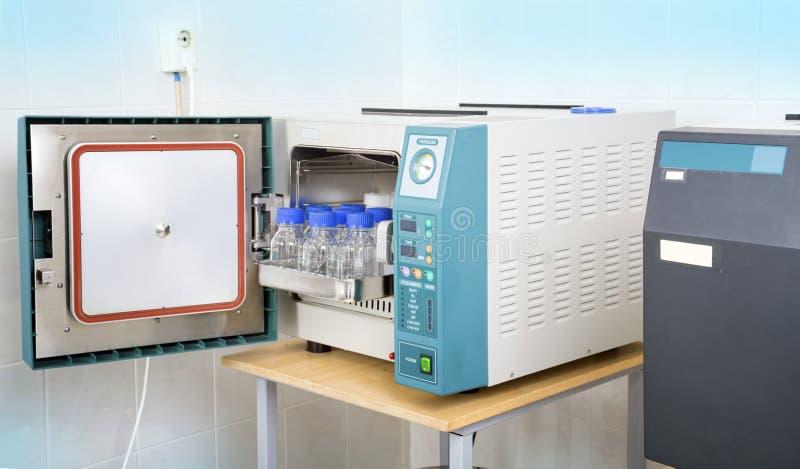 Sterilizzatore moderno dell'autoclave del laboratorio immagine stock libera da diritti