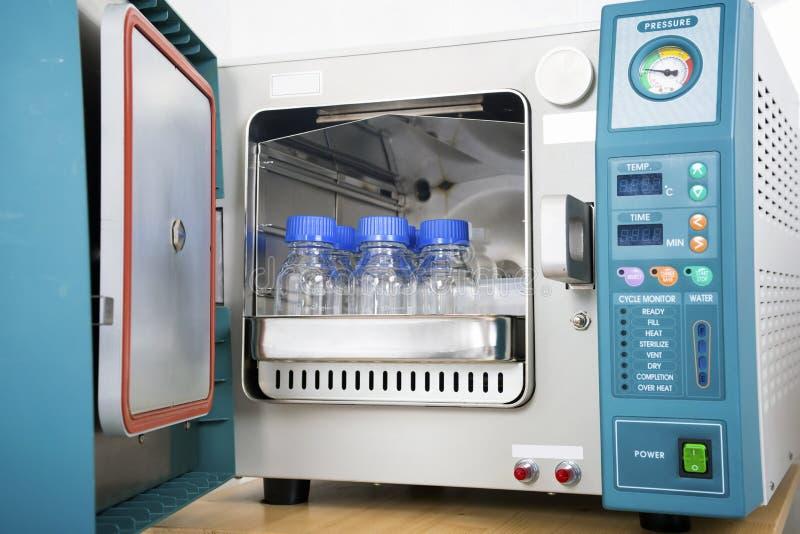 Sterilizzatore moderno dell'autoclave del laboratorio immagini stock