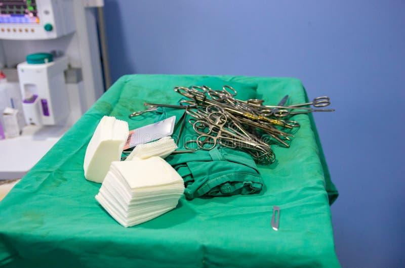 Sterilt kirurgiskt material öppnade för en tid sedan arkivbilder