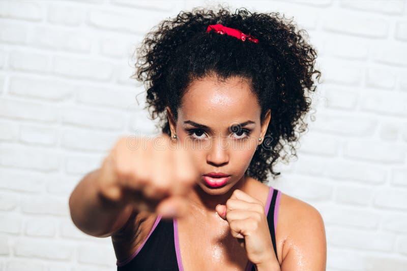 Sterk Afrikaans Amerikaans Meisjeszwarte dat voor Zelf vecht - defensie stock foto's