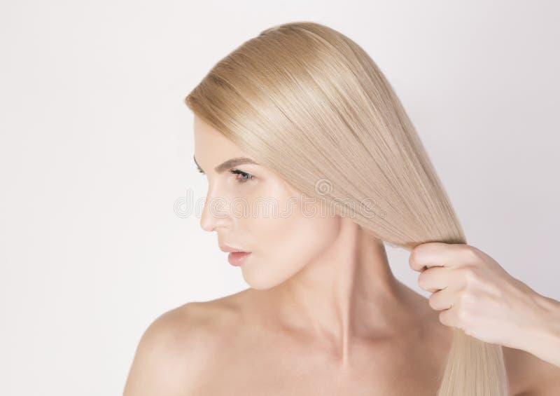 Sterk, glanzend en gezond lang blondehaar Sluit sh omhoog portret stock foto