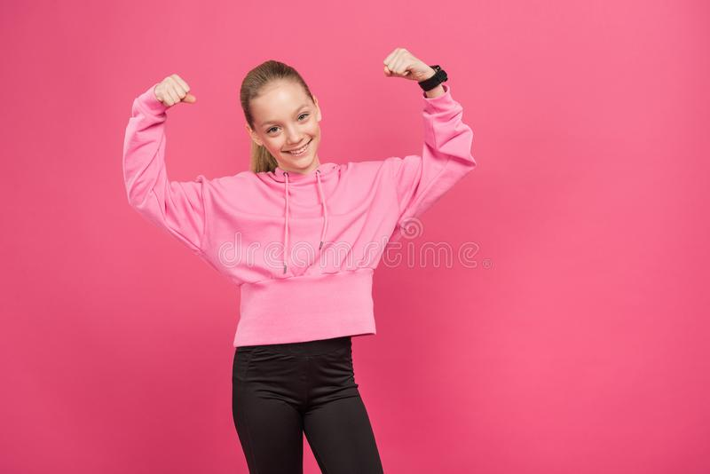 sterk kereltje die geïsoleerde spieren en bicepsen tonen, stock fotografie