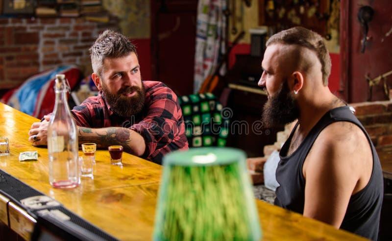 Sterke alcoholdranken Vrijdagontspanning in bar Openingstijden tot laatste bezoekers Vrienden die in bar of bar ontspannen stock foto