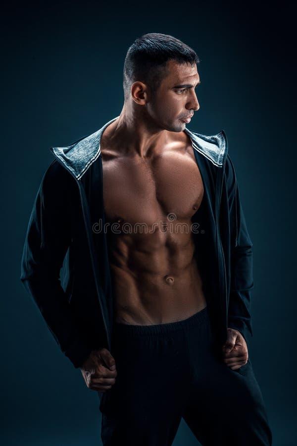 Sterke Atletische Mensengeschiktheid ModelTorso die zes pakkenabs tonen stock afbeelding