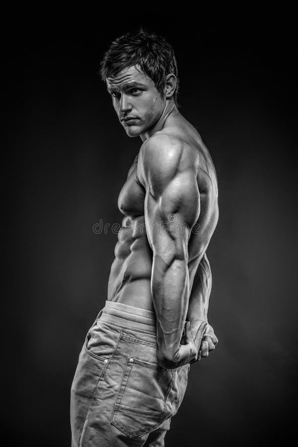 Sterke Atletische Model stellende de tricepsspier van de Mensengeschiktheid stock afbeeldingen