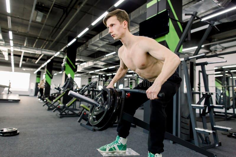 Sterke bodybuilder atletische mens die omhoog bodybuilding het conceptenachtergrond pompen van de spierentraining - spierbodybuil royalty-vrije stock foto's