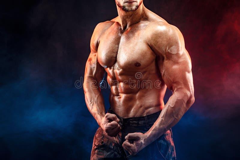 Sterke bodybuildermens in militaire broek met perfecte abs, schouders, bicepsen, triceps, borst royalty-vrije stock afbeeldingen