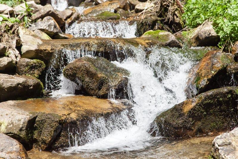 Sterke close-up snelle wateren van rivier royalty-vrije stock afbeeldingen