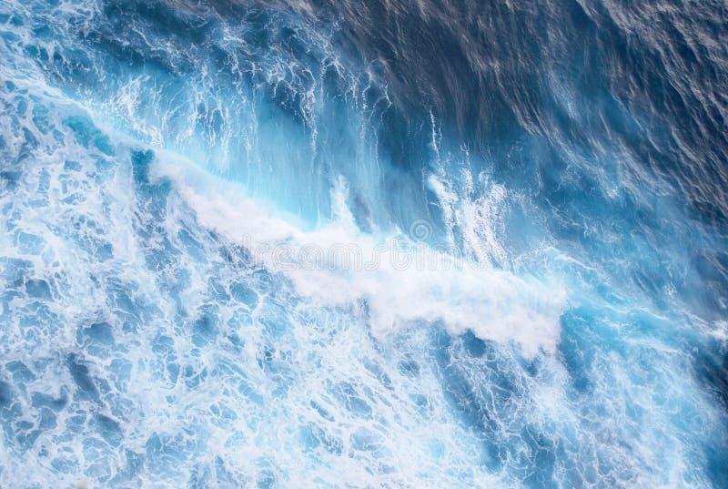 Sterke golven in Uluwatu stock afbeeldingen