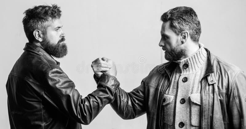 Sterke handdruk E Het schaak stelt bischoppen voor Ware vriendschap van rijpe vrienden Mannelijke vriendschap royalty-vrije stock foto's