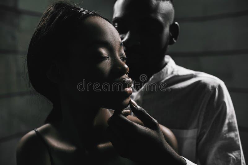 Sterke liefdeverbinding Veilig Geslachtsconcept Jonge fashionab stock afbeelding