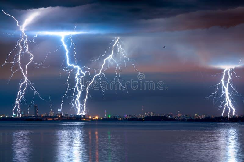 Sterke onweersbui met bliksem stock foto