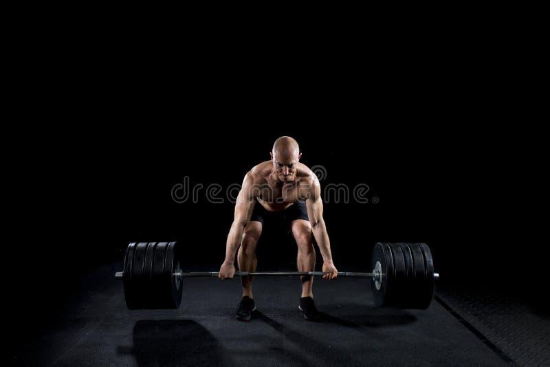Sterke sexy mens deadlifts heel wat gewicht royalty-vrije stock afbeeldingen