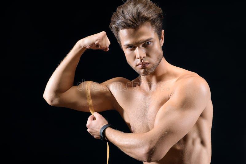Sterke sportman die zijn bicep meten royalty-vrije stock foto