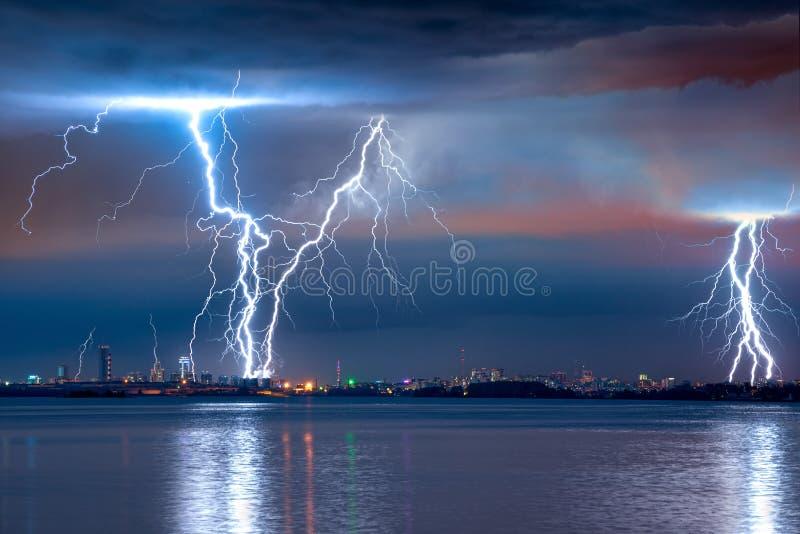 sterke storm met blikseminslag stock fotografie