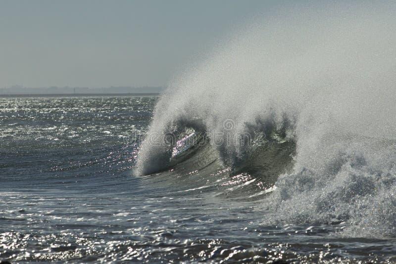 Sterke tropische wind die tot nevel op een reusachtige brekende golf leiden stock afbeeldingen