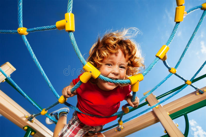 Sterke uitdrukking van actieve jongen stock fotografie